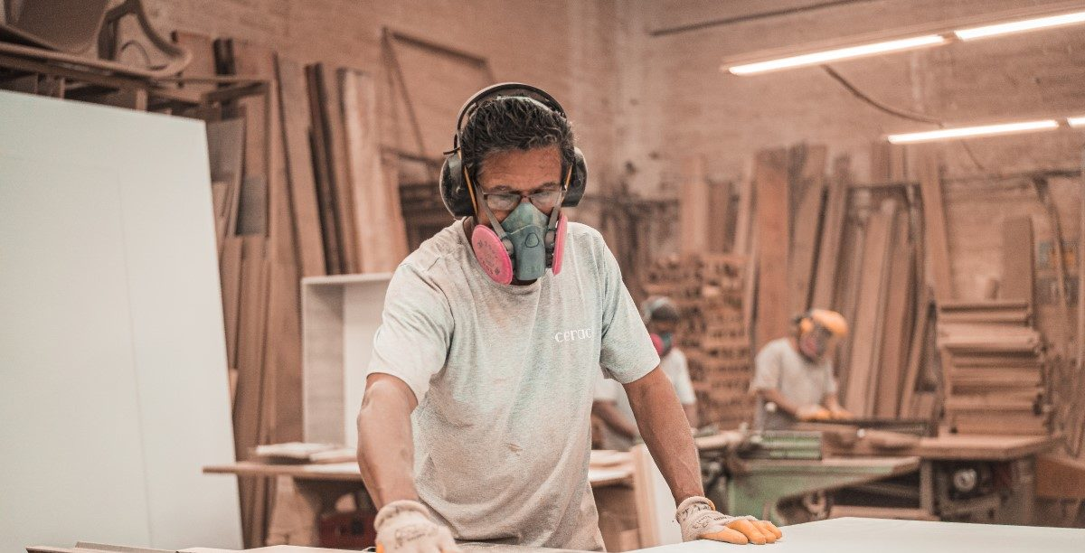 man woodwording and wearing an air purifying respirator
