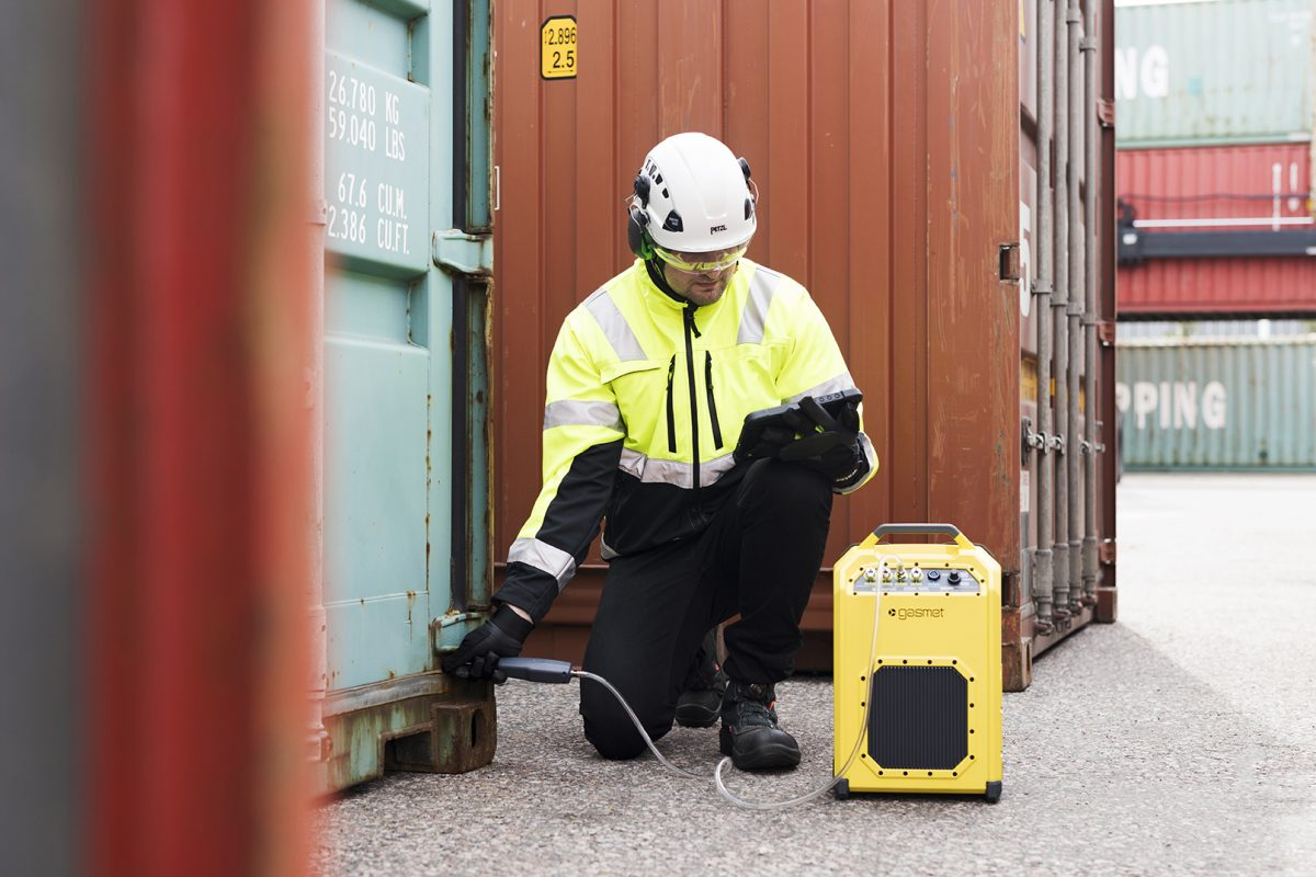 man using the GT5000 terra for container monitoring
